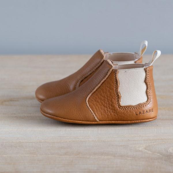 Chaussons bébé Oscar marron élastique crème en cuir souple vu de coté