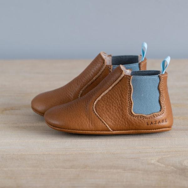 Chaussons bébé Oscar marron élastique bleu plomb en cuir souple vu de coté