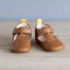 Chaussons bébé César marron languette jaune en cuir souple vu face