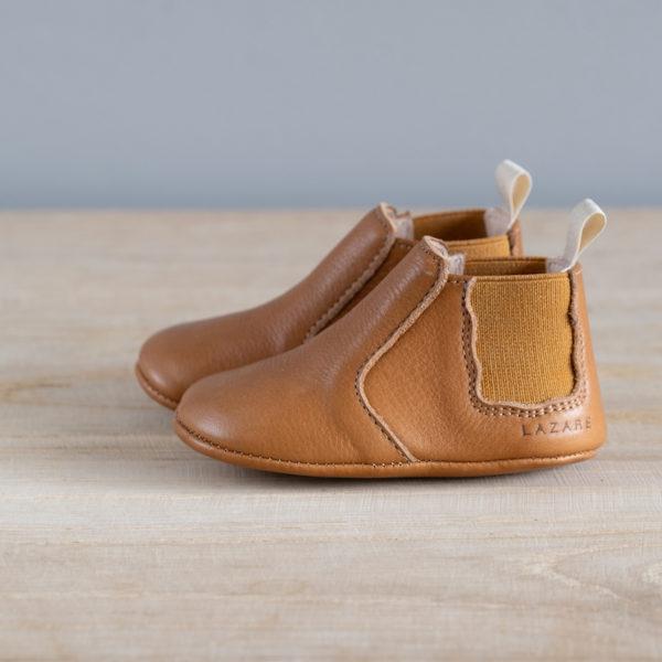 Chaussons bébé Oscar marron élastique ocre en cuir souple vu de coté
