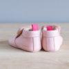 Chaussons bébé Arielle rose en cuir souple vu arrière