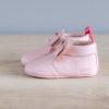 Chaussons bébé Arielle rose en cuir souple vu de coté