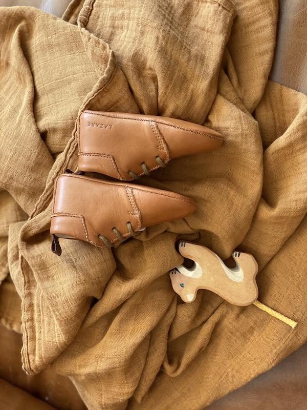 chaussons bébé Colombe calvados à lacets sur foulard ocre