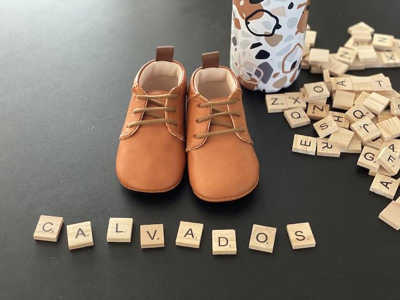 chaussons bébé Colombe calvados à lacets avec lettres Scrabble vu face