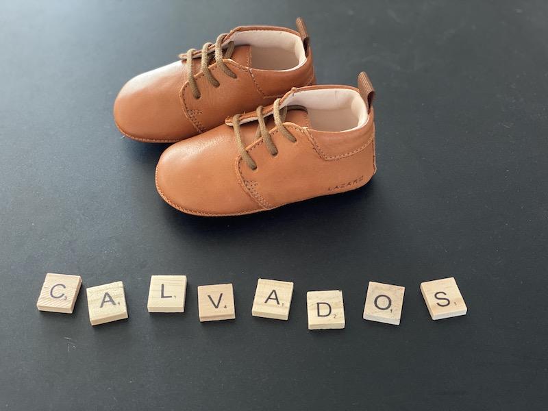 chaussons bébé Colombe calvados à lacets avec lettres Scrabble vu coté