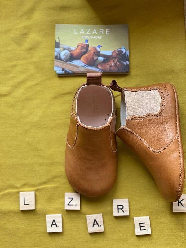 Chaussons bébé Oscar en cuir souple marron et élastique doré avec lettre scrabble