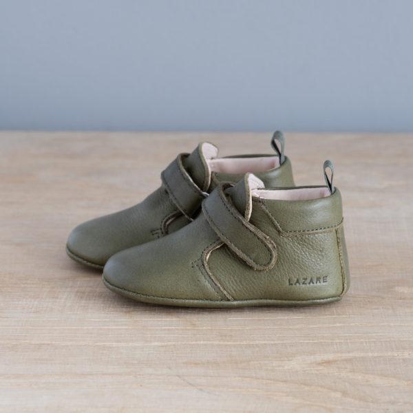 chaussons-bebe-cuir-achille-kaki-scratch-vu-cote