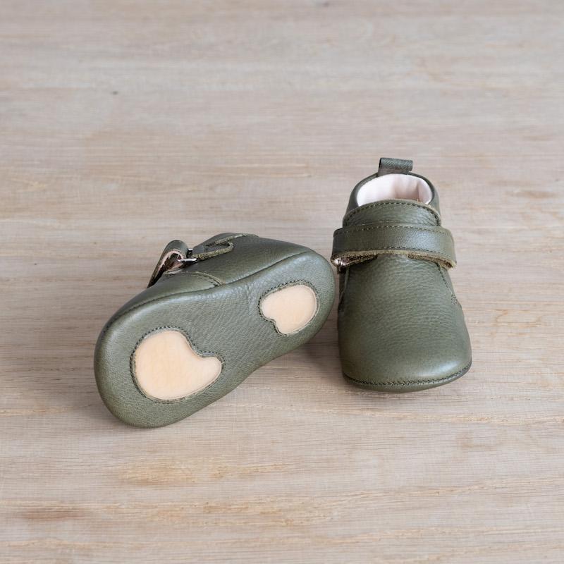 chaussons-bebe-cuir-achille-kaki-scratch-semelle-caoutchouc