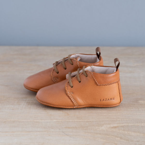 chaussons-bebe-cuir-colombe-calvados-lacets-vu-cote