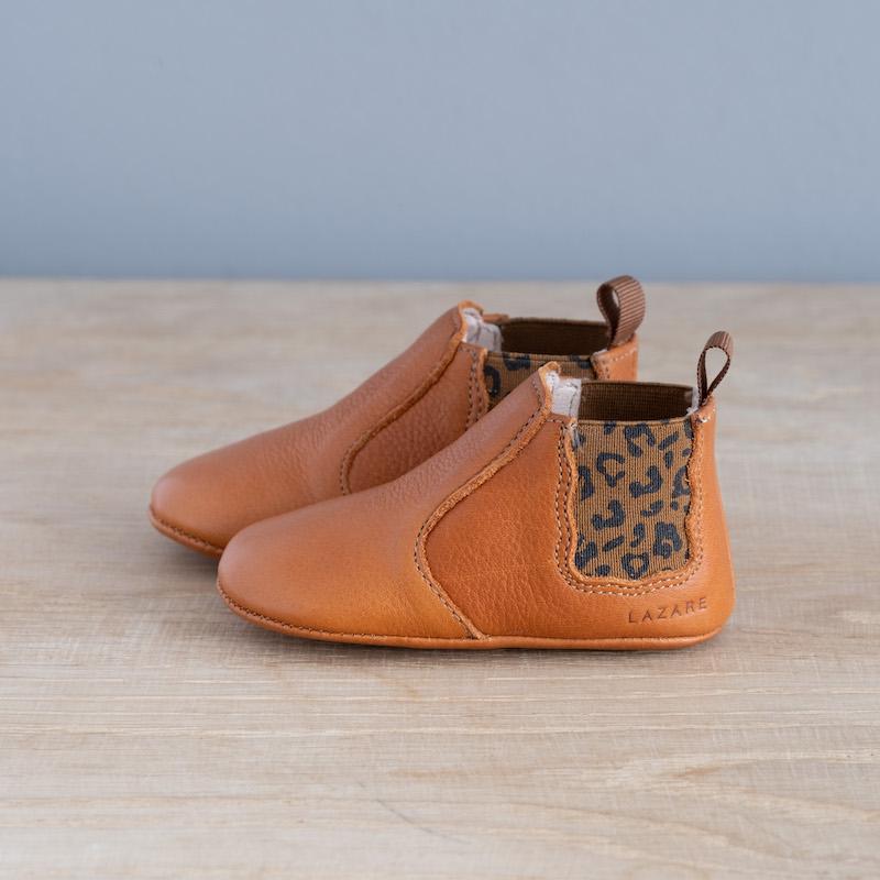 chaussons-bebe-cuir-oscar-calvzdos-leopard-vu-cote