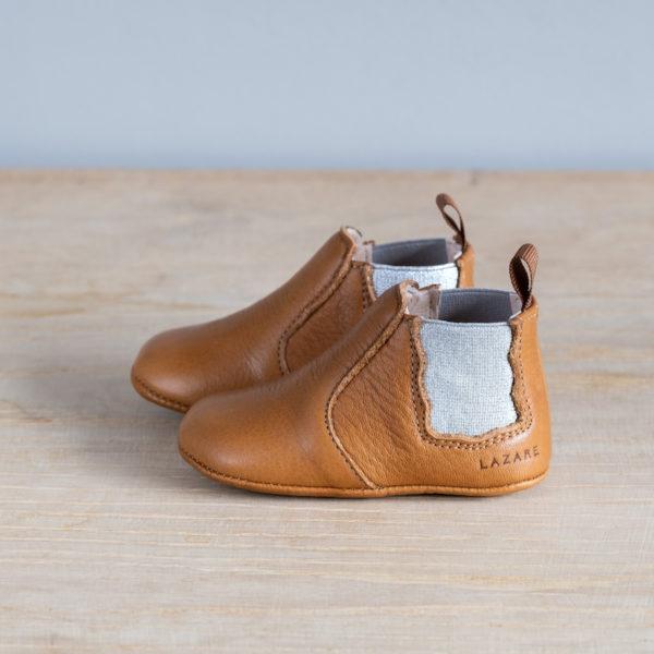 chaussons-premiers-pas-en-cuir-souple-Oscar-couleur-marron-argent-vu-sur-le-cote-extérieur