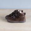 chaussures-premiers-pas-en-cuir-marron-chocolat-fermeture-a-scratchs-avec-semelle-souple-Lazare-chocolat-vu-cote-extérieur