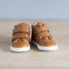 chaussures-premiers-pas-en-cuir-marron-fermeture-a-scratchs-avec-semelle-souple-Lazare-blanche-vu-de-face